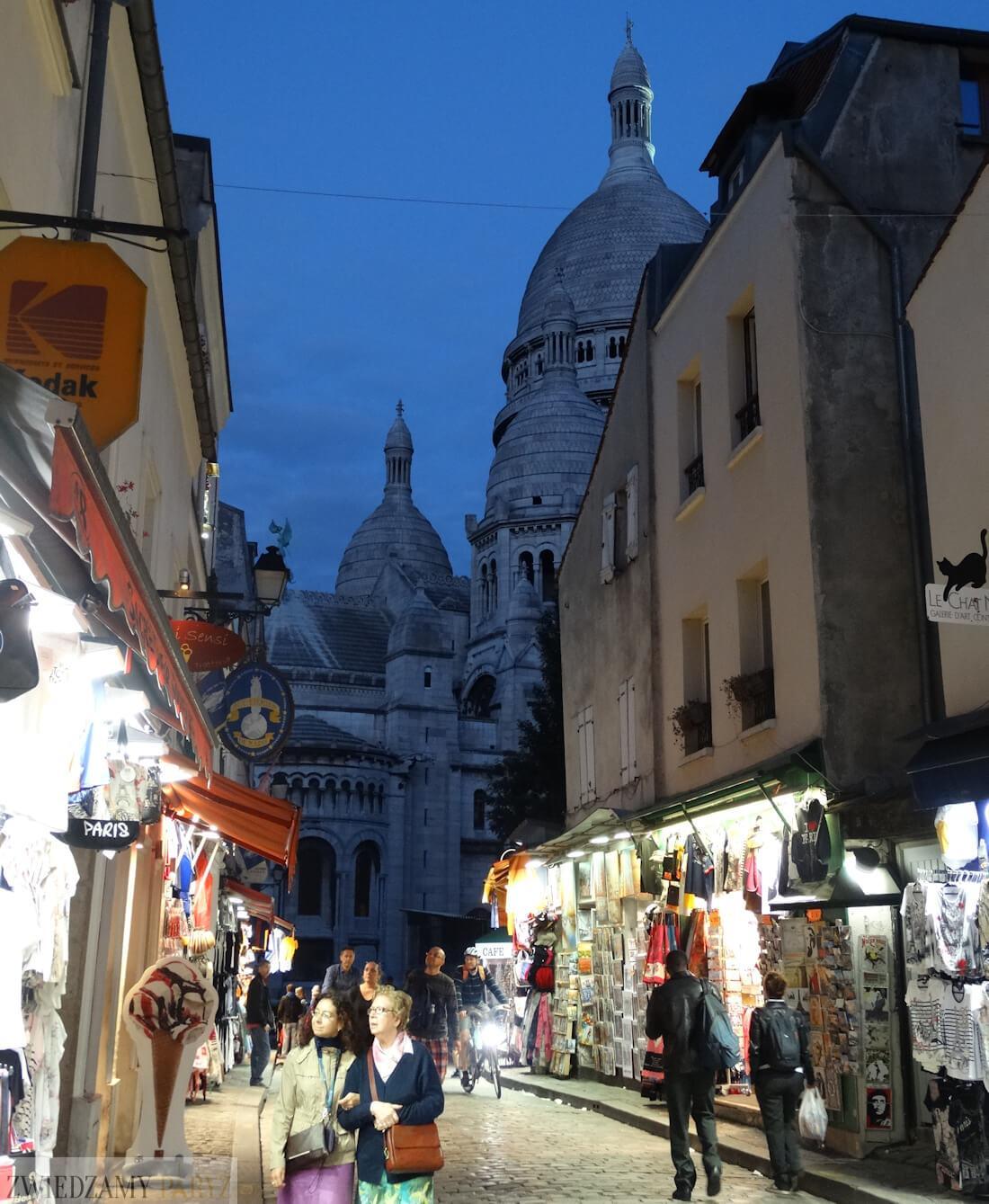 Dzielnica Montmartre po zmroku