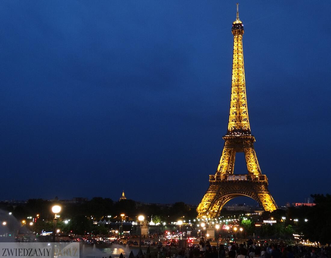 Wieża Eiffla w Paryżu po zmroku