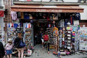 Sklep z pamiątkami w Paryżu