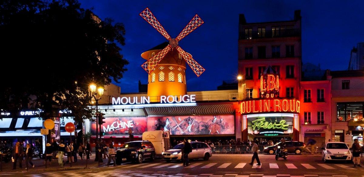 Moulin Rouge w Paryżu nocą